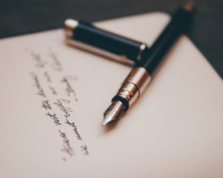 サクサク執筆できる補助ツール「筆神」、AIが素材や表現を自動レコメンド