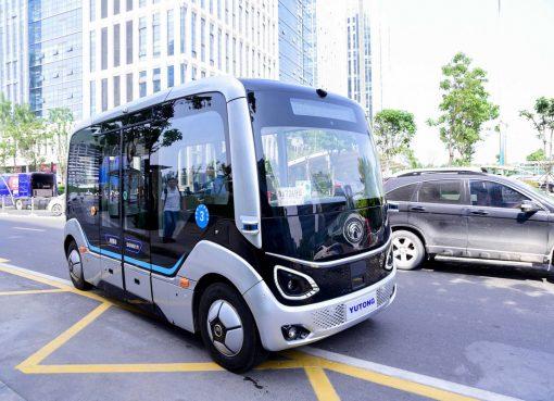 運転席のない「宇通」の自動運転バスが運行開始