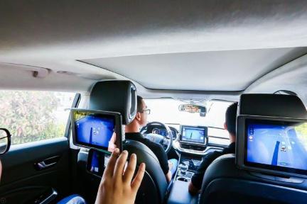バイドゥの「ロボタクシー」が試験サービス開始 安全確保のため補助員が同乗