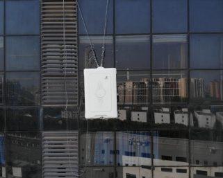 高層ビルの外壁清掃 人間からAIロボットへ 高所作業も無人化