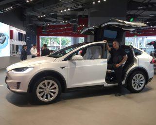 テスラの時価総額、自動車業界首位のトヨタに迫る勢い 「中国がなければ、今日のテスラはなかった」