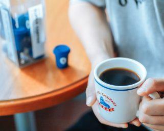 激震のコーヒー市場で新たな注目株は「インスタントコーヒー」、業界スキャンダルが吉に転じるか(一)